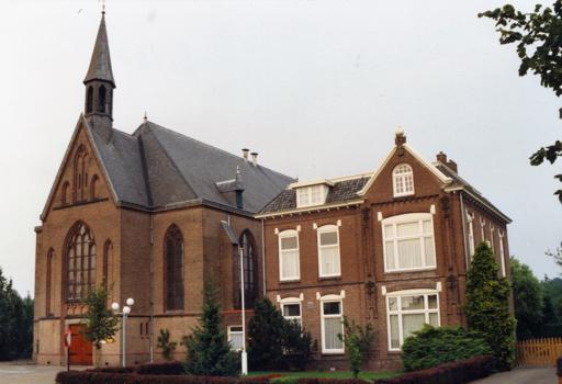 Kerk en pastorie Glanerbrug (foto archief parochie Maria Vlucht Glanerbrug)